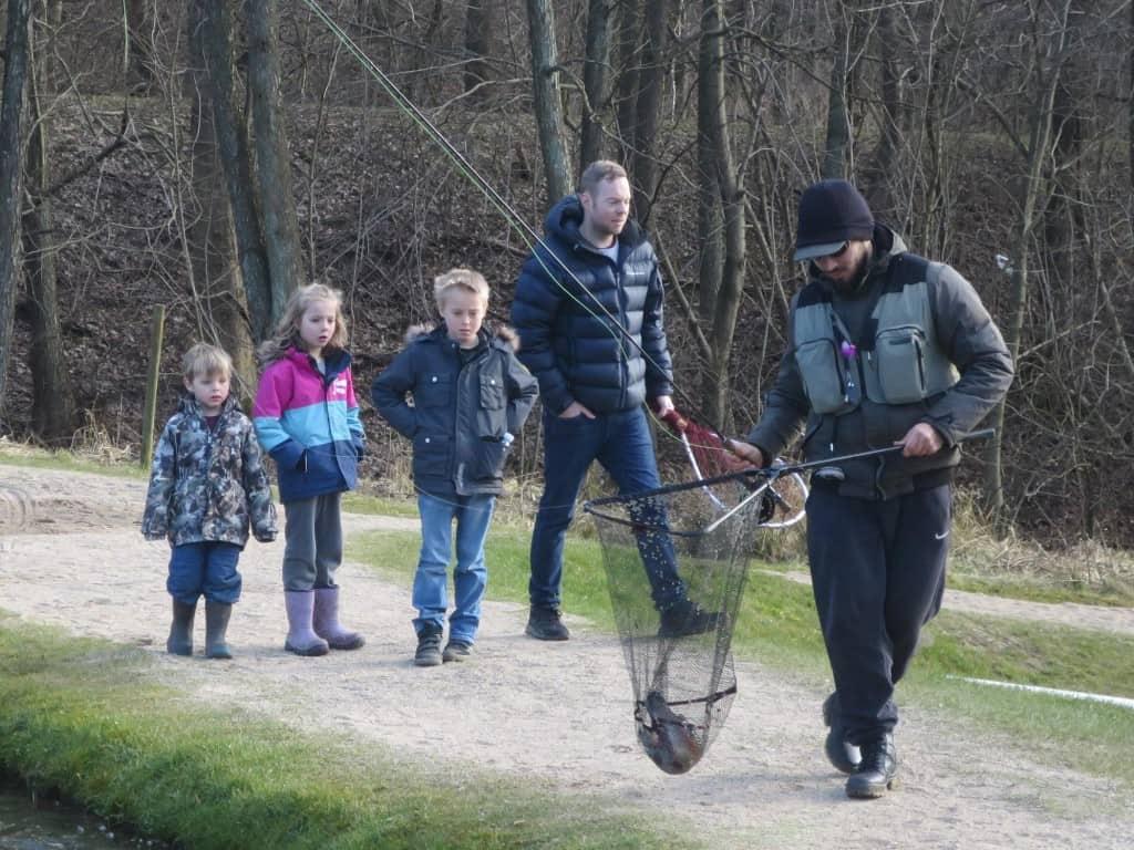 børn fanger fisk