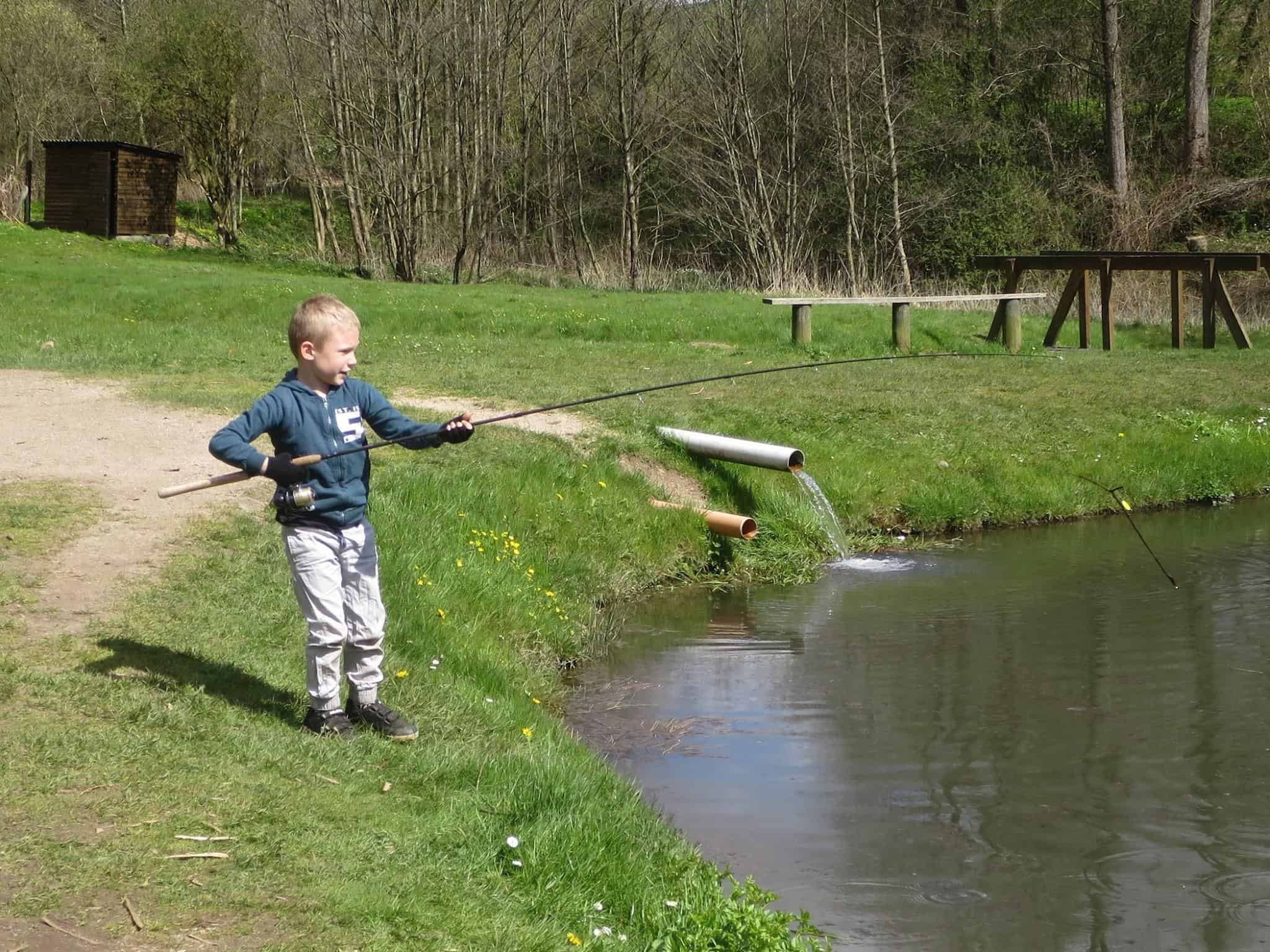 dreng fisker ved børnesøen